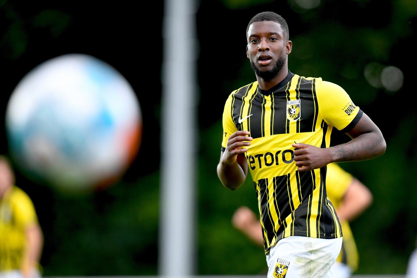 Riechedly Bazoer tijdens het oefenduel van Vitesse tegen Bochum.