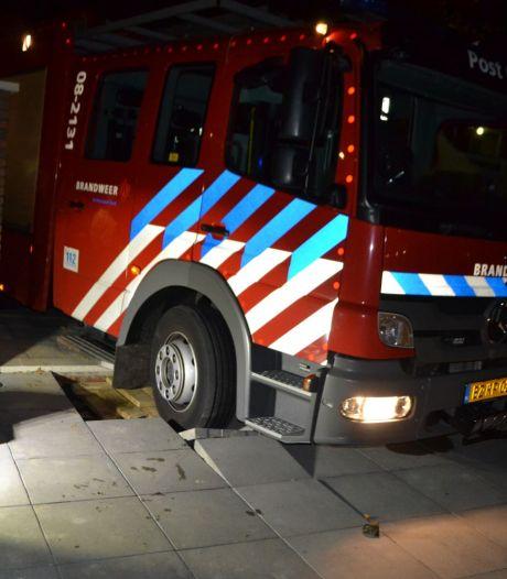 Brandweerauto zakt door oprit bij brand in nieuw wooncomplex