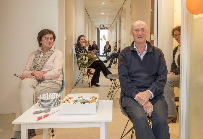 Johan Eckhardt was maandag op de kop af 40 jaar huisarts in Wemeldinge. Samen met zijn vrouw Cobie (links), werd hij door praktijkmanager Jeanette Binnekamp (rechts), collega-arts Karin Hamelink (midden) en alle assistentes verrast met taart en bloemen.