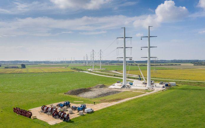 De nieuwe 380kV-lijn doorsnijdt de Zak van Zuid-Beveland. Deze foto is gemaakt bij 's-Heer Abtskerke.