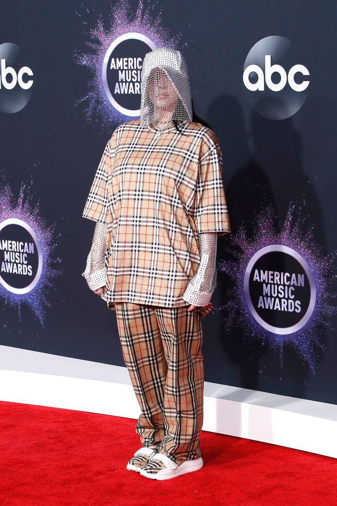 Billie in haar kenmerkende wijde kleding.