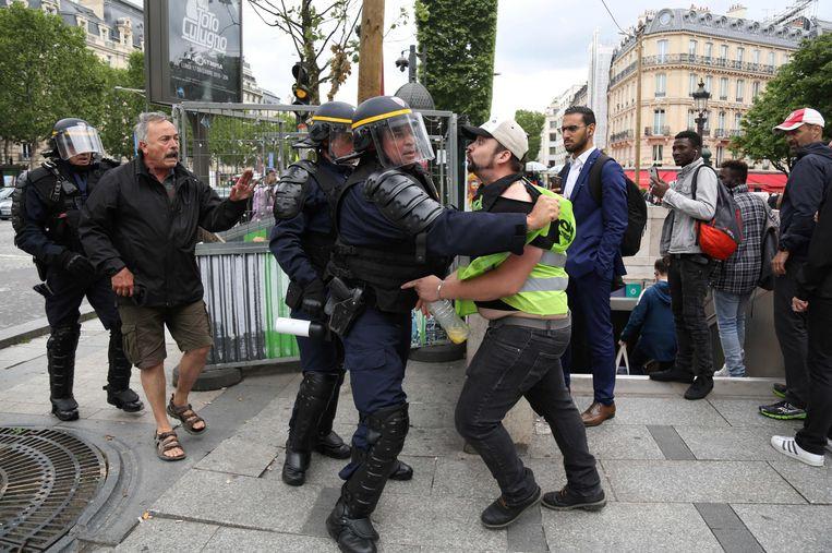 Franse politie en demonstranten tijdens de spoorwegstaking. Beeld AFP
