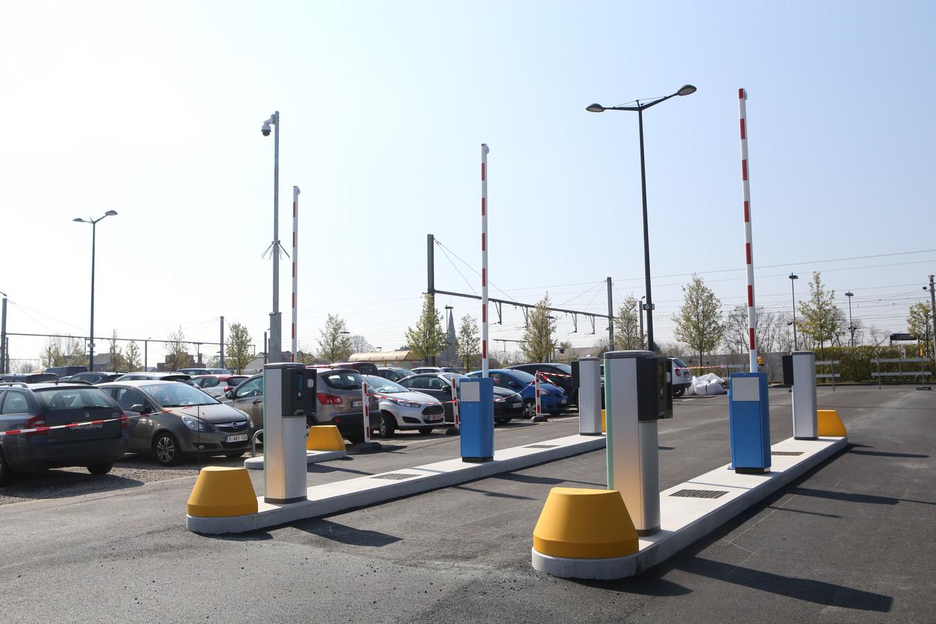 De parking van het station van Landen wordt betalend.
