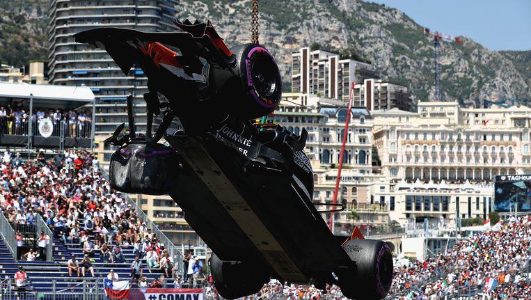 De McLaren van Stoffel Vandoorne wordt weggetakeld. Beeld Getty Images