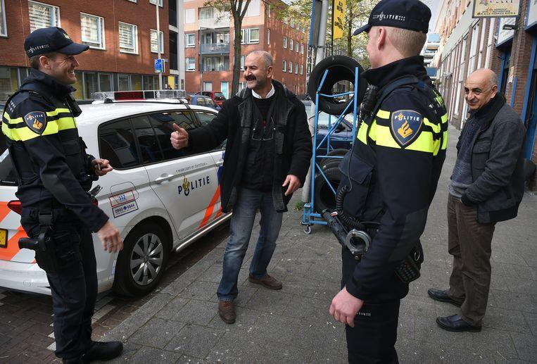Op pad met de wijkagenten van de wijk Oud West. Onderweg even een lolletje met een Turkse ondernemer. Beeld Marcel van den Bergh
