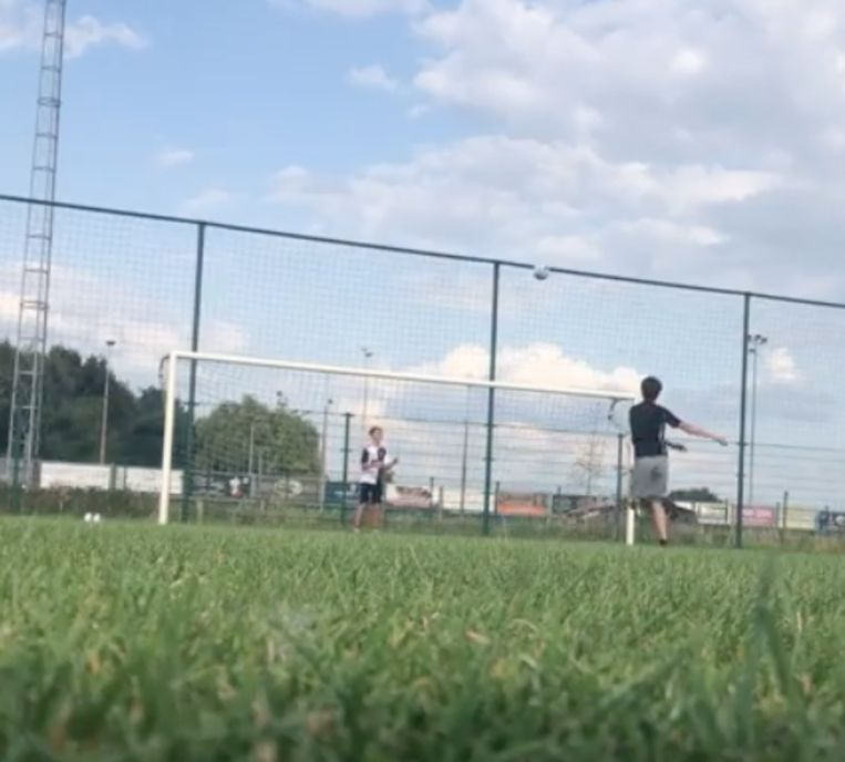 Arne haalt trucje uit met voetbal