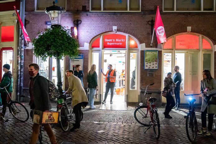 Na de sluiting van de horeca om 22.00 uur ontstond bij supermarkten in Utrecht een run op onder andere alcoholische dranken.