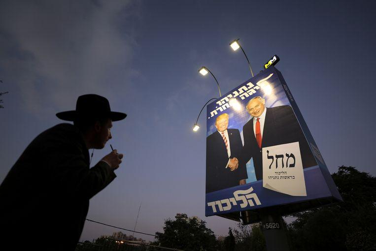 Netanyahu staat op de verkiezingsposter van Likoed prominent met de Amerikaanse president Trump. Beeld REUTERS
