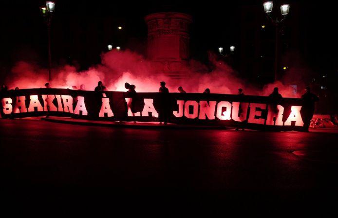 La banderole polémique déployée par des fans parisiens
