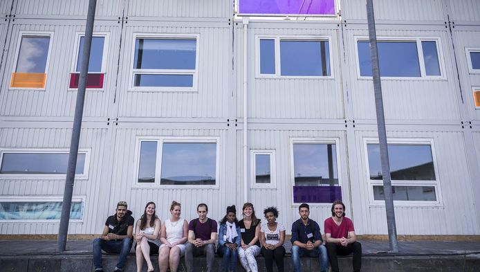 Jongeren bij Startblok Riekerhaven, waar ook jongeren en statushouders wonen.