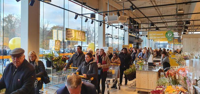 De opening lokte een massa volk.