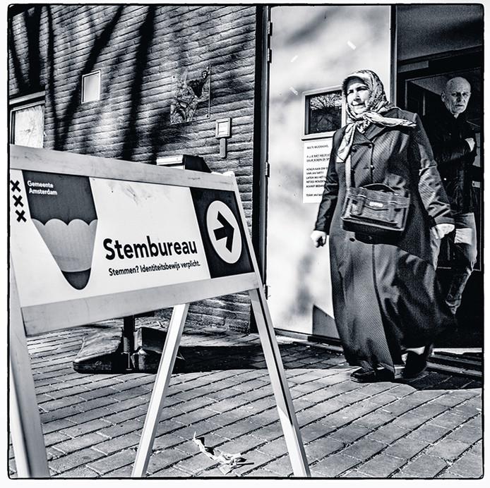 Een vrouw verlaat het stembureau aan het Javaplantsoen, in een multiculturele wijk in Amsterdam-Oost.