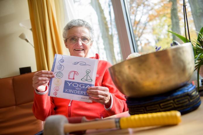 EINDHOVEN - Brigitte Mulder met een voorbeeldomslag van haar boek.
