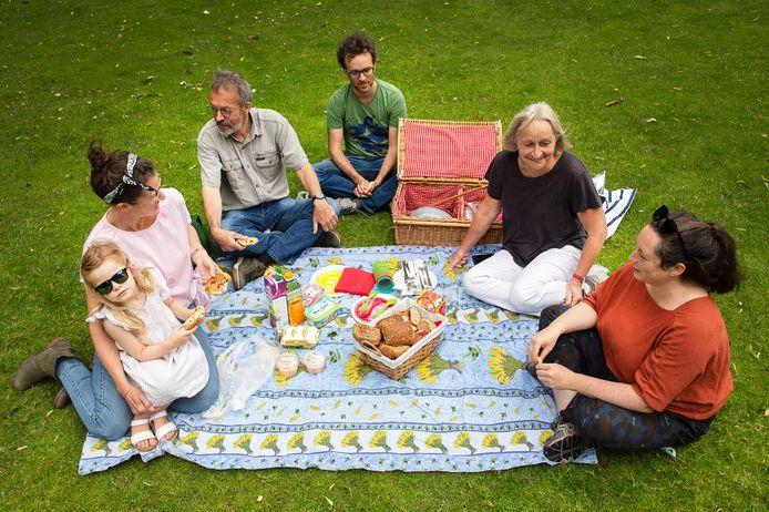Vlnr.: Richtje Ras met Teske, Henk van der Velde, Matthijs Witkam, Carla Rutten en Marlou Otten tijdens een picknick in park Valkenberg in Breda. Hier kwam Roos graag samen met vriendinnen.