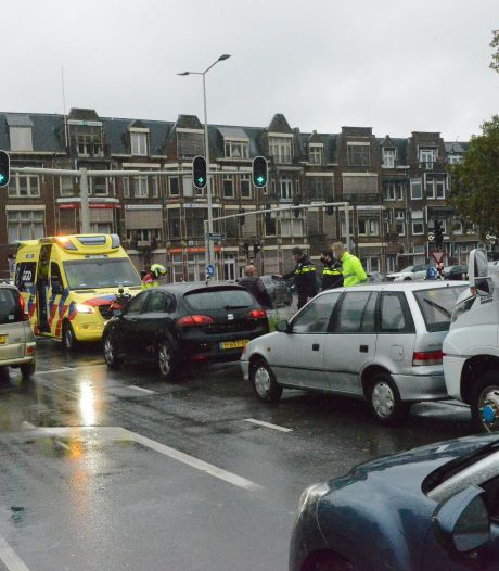 Kettingbotsing voor stoplicht aan einde van Utrechtsebaan