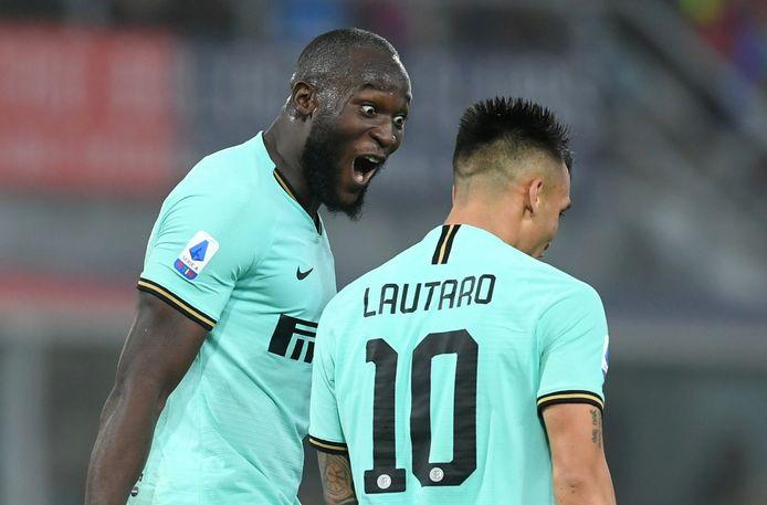 Lukaku viert de 1-2 met collega-spits Lautaro Martínez.