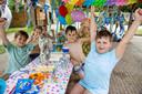 Berkan Esmer (rechts vooraan) viert zijn achtste verjaardag bij Speelpark De Splinter.