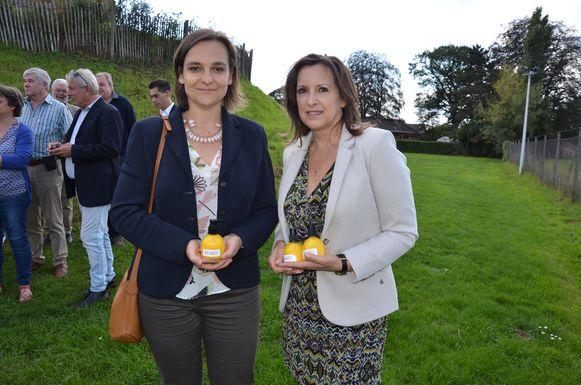 Lijstduwer voor de provincieraad Barbara Pas en Lokers lijsttrekker Lena Van Boven deelden handzeepjes uit aan alle kandidaten.