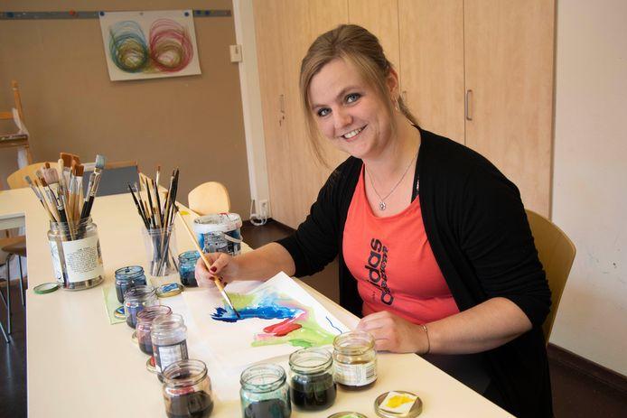 De chronisch vermoeide Laura Platter (29) revalideert van corona bij de nazorgpolikliniek van het Radboudumc op Dekkerswald en doet creatieve therapie.