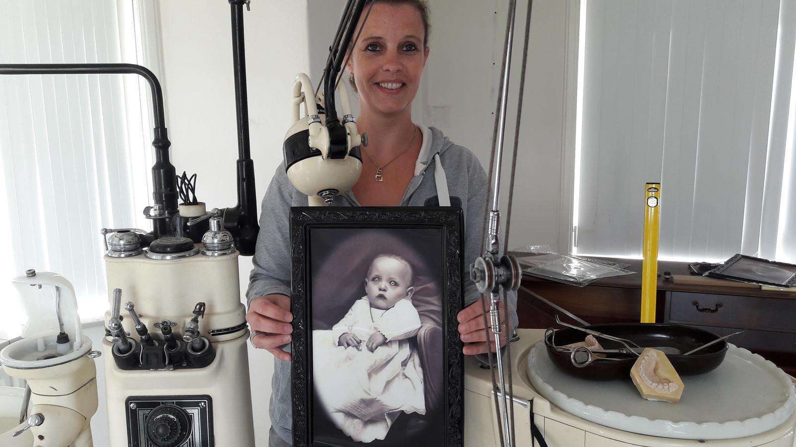 Suzanne van Dam uit Rijen geeft een indruk van de tandartskamer in de escaperoom van Villa BreTil aan de Julianastraat in Rijen.