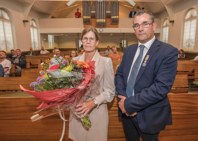 Jan Hoekman is door de burgemeester en kinderburgemeester benoemd tot lid in de orde van Oranje-Nassau. Naast hem zijn vrouw Gea Hoekman.