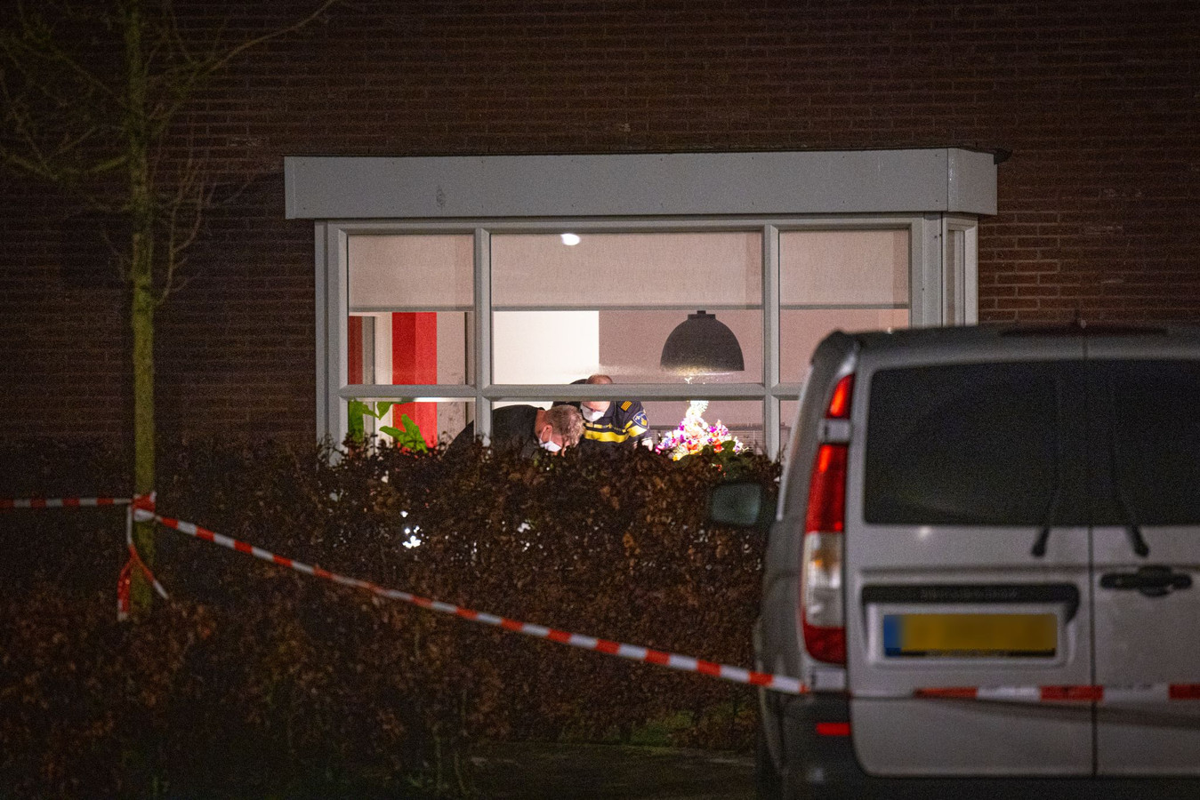 Politie in het huis waar de overval heeft plaatsgevonden.