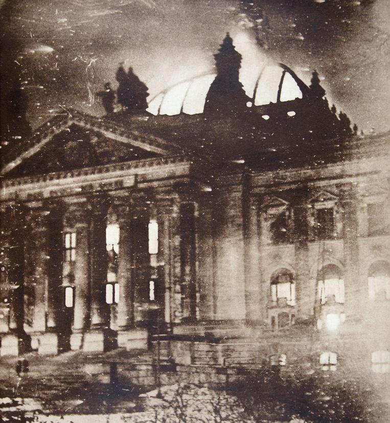 De brandende Rijksdag op 27 februari in 1933. Beeld Getty Images
