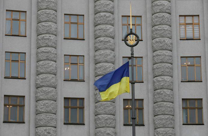 Un drapeau ukrainien flotte devant le bâtiment du gouvernement dans le centre de Kiev, en Ukraine.