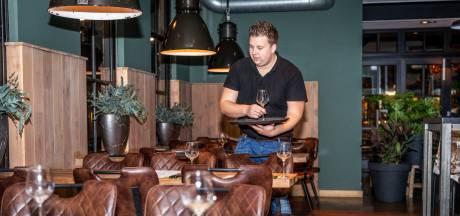 Papieren borden in stil restaurant; prikkelarm etentje in Deurne