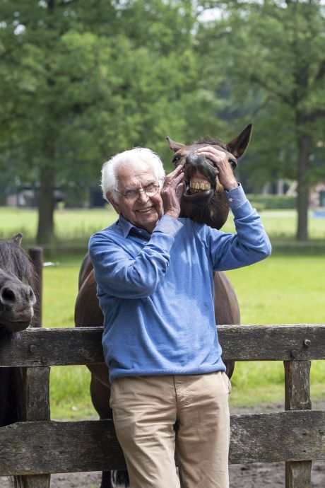 Boer Bert werd 100 jaar geleden geboren op de Veluwe en maait nog altijd zelf zijn gras: 'Geniet!'