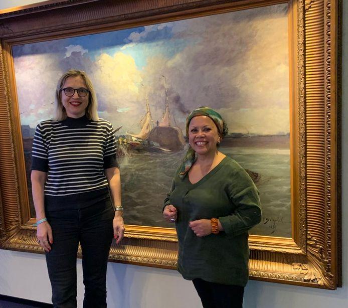Linda Dekkers van het Dordrechts Museum en Vera Andreas van Stichting Indisch Dordrecht en Toko Y-von. Samen gaan zij op zoek naar een kunstenaar die het Indische monument zal gaan realiseren.