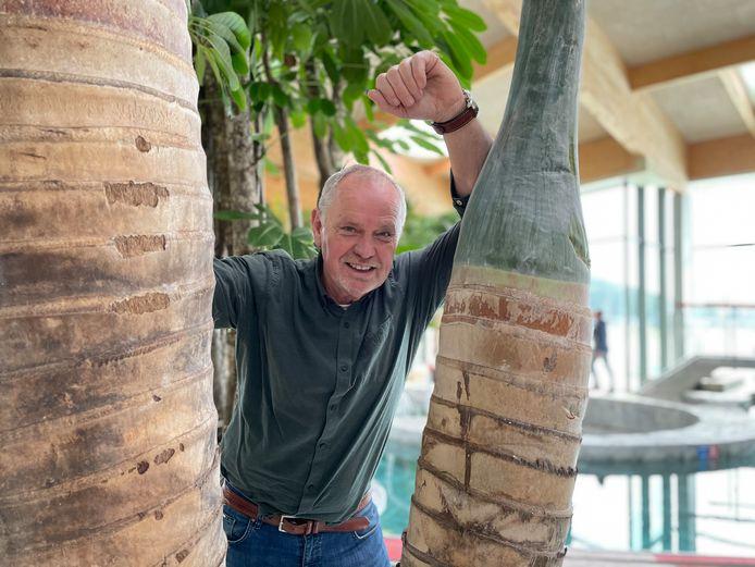 Jean Henkens bij de befaamde 145 jaar oude Bengaalse vijgenboom uit Thailand.