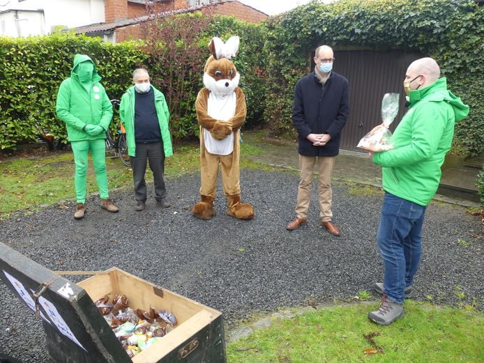 Minister Vincent Van Peteghem kreeg bezoek van een delegatie van ACV Oost-Vlaanderen, die de paashaas had meegebracht.