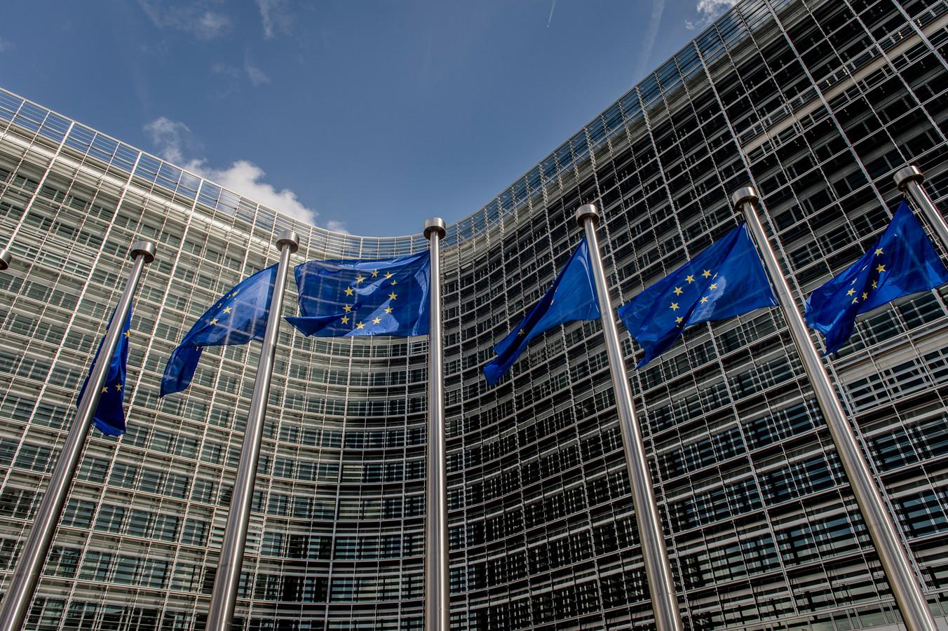 Europese vlaggen voor het hoofdkantoor van de Europese Commissie  in Brussel.