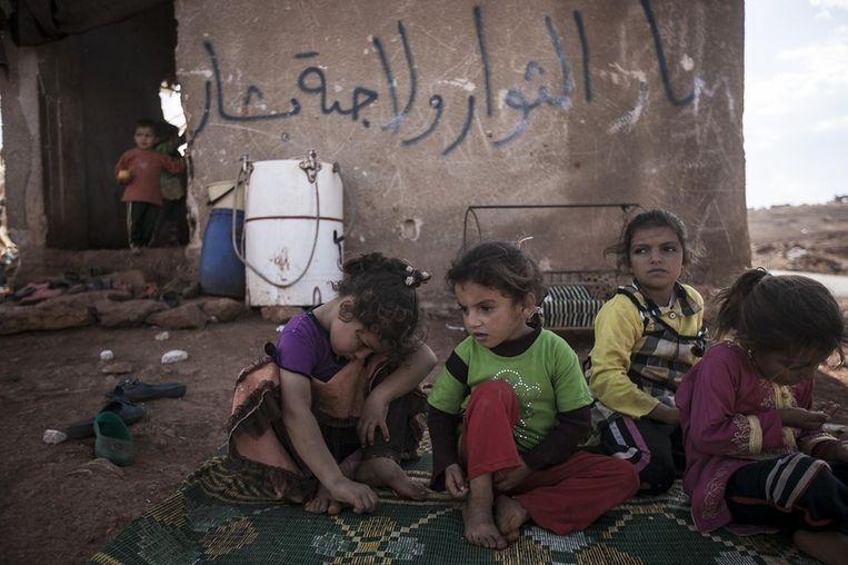 Syrische kinderen die in het land op de vlucht zijn nadat het dorp waarin ze woonden in de provincie Idlib een slagveld werd. Beeld AP