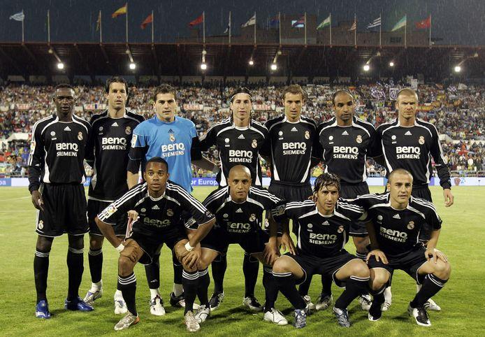 Iker Casillas (derde van links op de bovenste rij) en Raúl (tweede van rechts op de onderste rij).