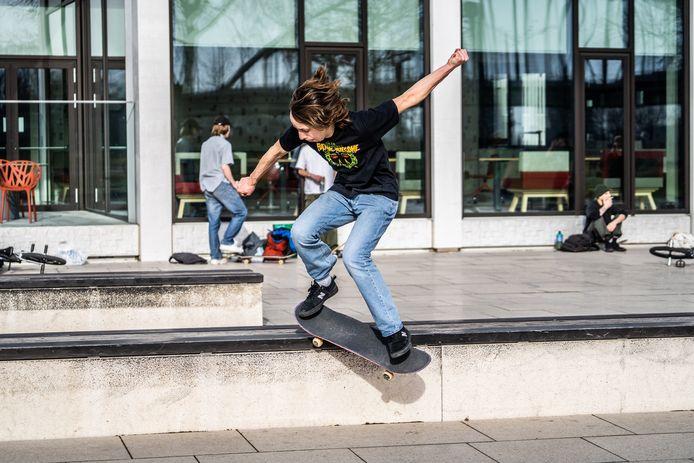 Lente in Arnhem, jongeren zijn aan het skaten in de binnenstad.