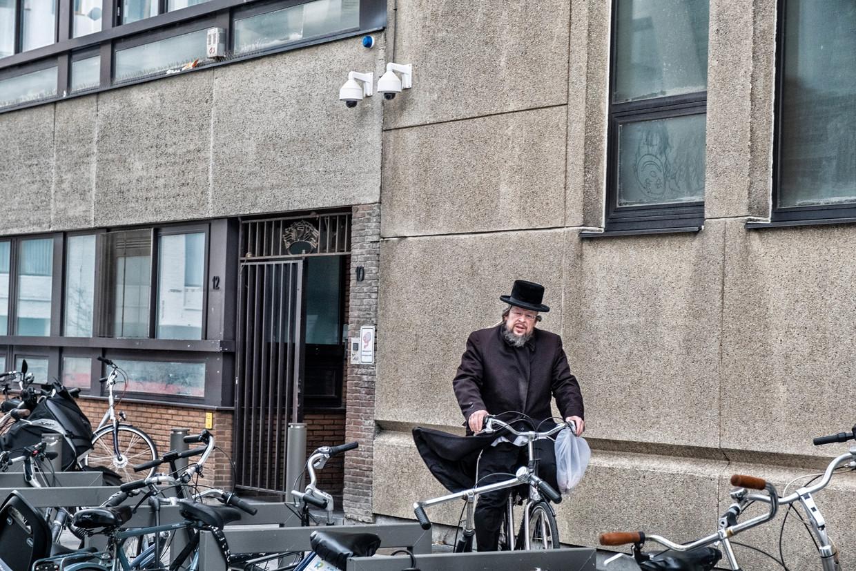 Camera's surveilleren de buurt rond een Joodse school in Antwerpen.  Beeld Tim Dirven
