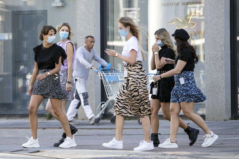 Mensen met mondkapjes bij de Koopgoot. In Rotterdam is het vanaf woensdag verplicht om niet-medische mondkapjes te dragen op drukke plekken. Beeld ANP