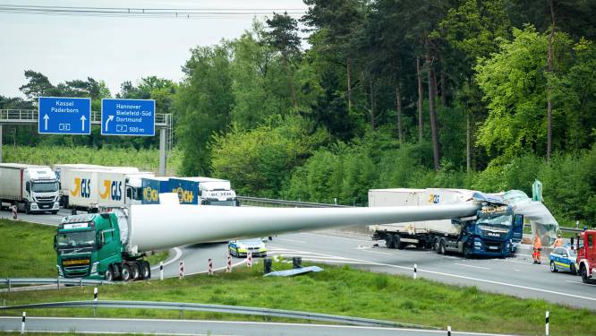 Spectaculair: enorme molenwiek doorboort vrachtwagen
