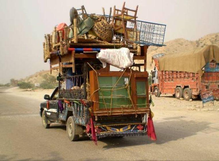Een vrachtwagen beladen met spullen van vluchtende burgers. (EPA) Beeld