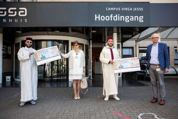 De overhandiging van de cheque van de Marokkaanse gemeenschap aan de ziekenhuizen.
