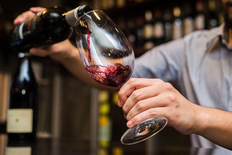 Sommelier Sepideh geeft advies over hoe je wijn inschenkt zonder morsen. Beeld Shutterstock