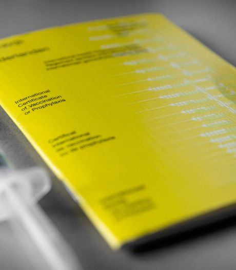 Onbegrip in Apeldoorn: kilometers omrijden voor coronastempel in gele boekje. 'Beetje absurd hè?'