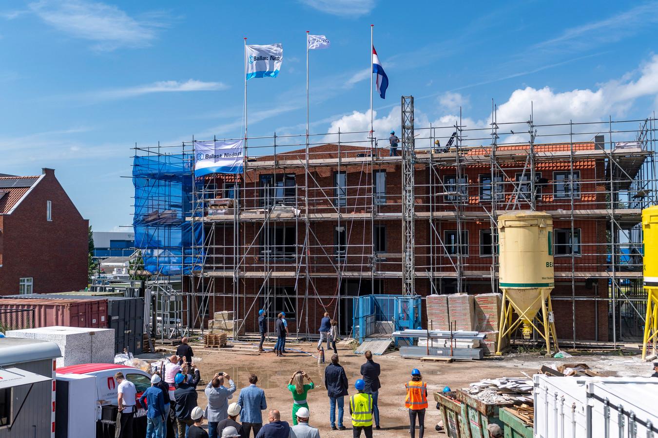 Viering van het Hoogste punt Paravicini : het Gastenhuis waar 22 ouderen met dementie een thuis gaan wonen, en de nieuwbouw van 28 huurappartementen.