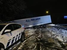 Vrachtwagen geschaard op A27: hinder voor verkeer tussen Breda en Oosterhout