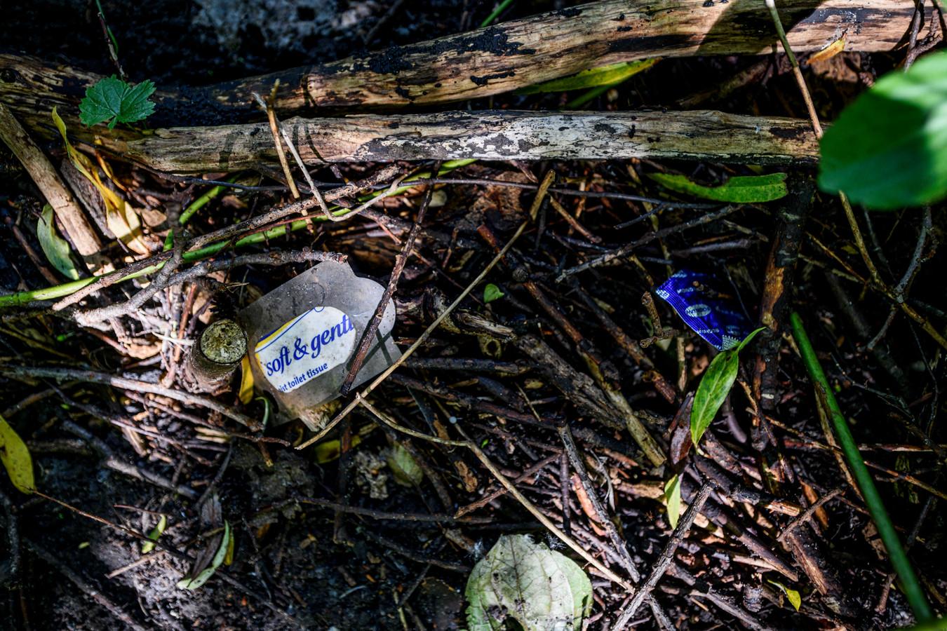 Verscholen in de bosjes liggen de resten van veilige verzetjes.