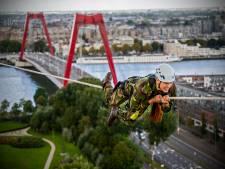 Militairen nemen de iconische Hef in bezit: over een dunne kabel van de ene naar de andere pijler