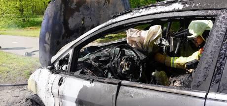 Auto vliegt al rijdend in brand in Gilze