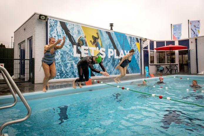 Wethouder Sven de Langen dook maandagmiddag als eerste het verwarmde water in van openluchtzwembad Het Hoekse Badje in Hoek van Holland